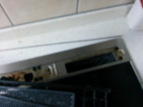 天板の上の網及び天板を固定しているネジ