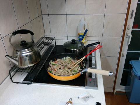 新しいIHクッキングヒーターで野菜炒め