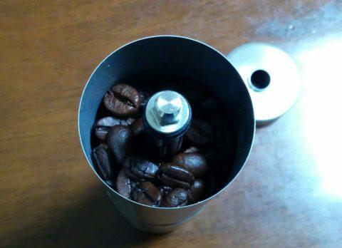 ミル上部にコーヒー豆を充填